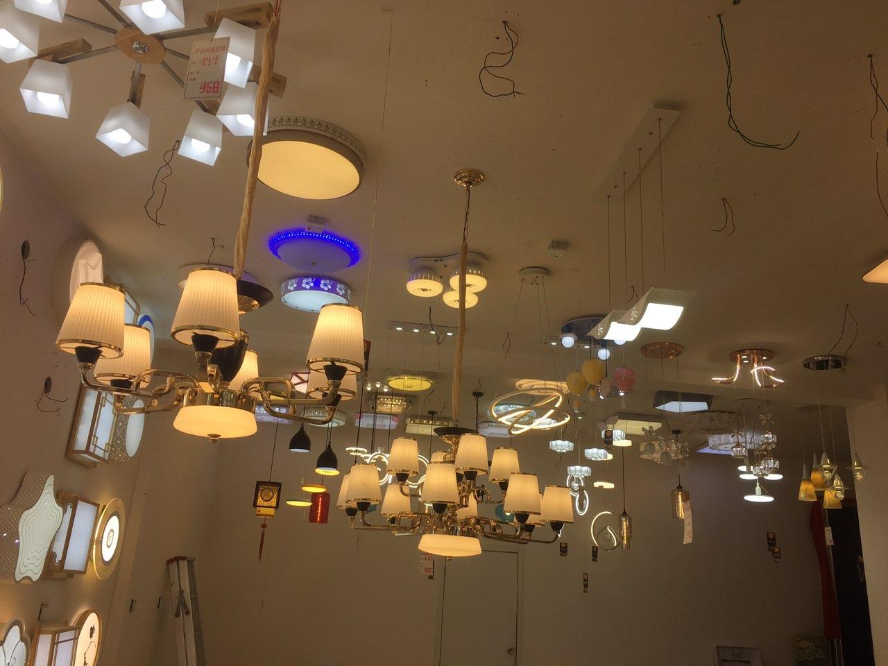 号外,号外,号外,罗氏科技灯具城因店面需升级装修,店内所有样品打折